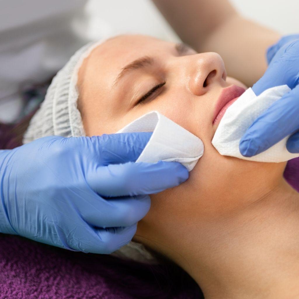 O que é limpeza de pele? Quais os benefícios de uma limpeza de pele profunda?
